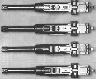 За свою долгую жизнь Parabellum производился различными германскими предприятиями, ставившими на него свои клейма. На фото — пистолеты, подготовленные в разное время фирмами DWM (вверху) и Mauser (три нижних).